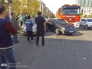 6188彩票app市三中附近发生车祸,私家车与消防车撞上了,消防车怼漏水了……