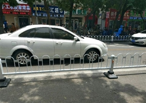 滨州这里公交站牌处栏杆没开口,乘车很不方便