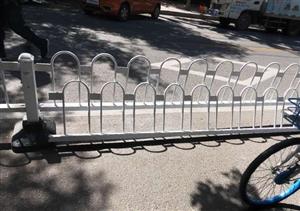 在滨州某医院附近,交警放上的护栏却被商铺给拆了