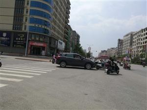 新�M�|北商�Q城前面有一起事故