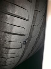 哦豁,轮胎被螺丝钉扎穿了,来老师傅说咋个整?