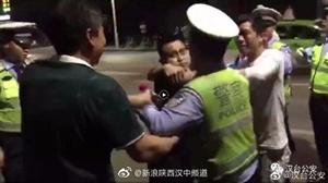 阻碍交警执法两男子被拘