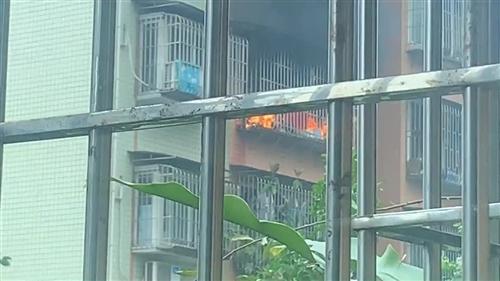 泸州一小区住户发生火灾,浓烟滚滚!
