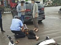 潢川新一中路口发生一起交通事故,女子倒地难以起身...