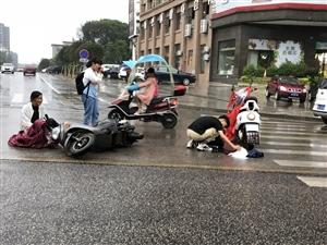 三中附近�l生小型交通事故