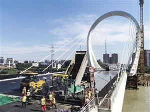 """""""大运河桥""""主桥沥青摊铺"""