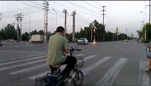 冀州长安西路与友谊大街交口轿车与箱货相撞
