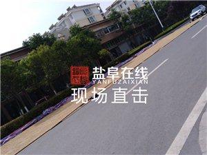 阜��向�西路山�花�@小�^�T口路上4�道被占了一半,�路政管管