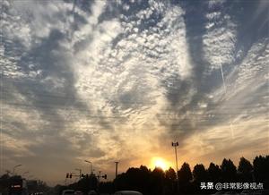 傍晚时分,安徽合肥上空出现漫天云霞,壮美如画