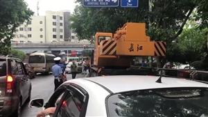 惊险!泸州一吊车失控撞上绿化树,两轿车被擦挂,无人员伤亡
