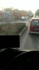 冀州106国道胡刘村南,两车撞了!小车气囊都打开了!