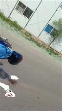 今早8点冀州竹林大街一电摩跟一辆电车给撞了!都撞出血了