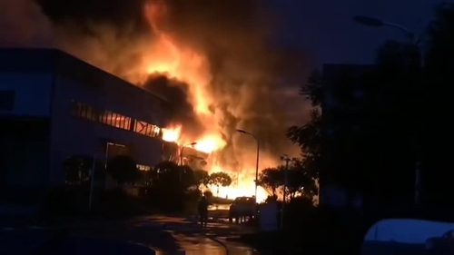 突发!富顺晨光工业园区突起大火,现场浓烟滚滚!