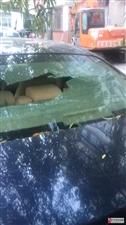 �w�淼�M�!�R�R哈��女司�C的�被施工崩起�淼氖��^把玻璃砸碎了!