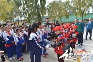 共青团交城县委携手爱心人士开展捐赠活动 温暖山区儿童(图)