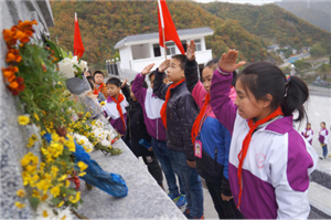 兴州中心小学开展缅怀革命先烈活动