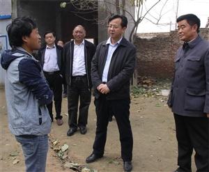 县长曹广阔调研脱贫攻坚、土地综合整治和三场一街建设工作
