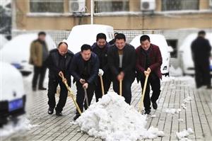 党员干部齐上阵 热火朝天除雪忙