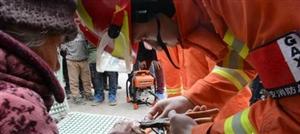 安徽灵璧:老人手指被卡 消防员成功救助