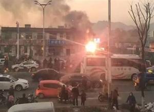 12月7日下午 建平县一处焊接水箱商铺作业时发生爆炸 现场有人员受伤
