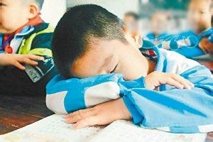 中小学生睡眠不足 专家称起得太早影响智力发育