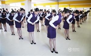 高中女生身穿制服练仪态 备战空乘艺考