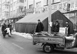 人行道上搭起几十平米的大棚