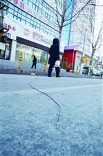 """齐齐哈尔公园路两根电线""""耷拉""""在地"""
