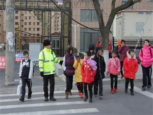 开学首日 招远交警全力维护学校周边交通秩序