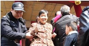陕西富平:群众赶庙会 民警保平安