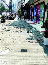 """汉川一旧楼下起""""瓷砖雨""""维修成难题"""