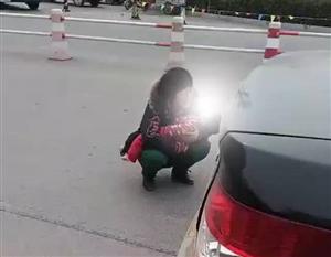 山东滨州:孩子吃桂圆被噎死 女子医院门前痛哭