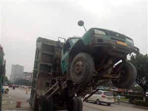【城事】天禾城这里有一辆货车,车上水泥跌在路中间