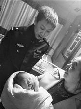 """爱的臂膀拥抱""""折翼天使"""" 民警与市民接力救助被弃女婴"""