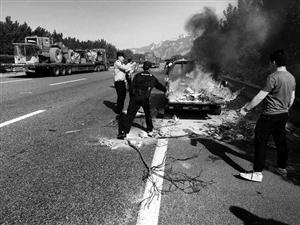 小货车在渭南高速起火 货厢燃起熊熊烈火