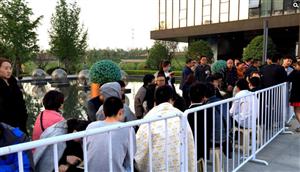 五一郑州上演抢房大战 购房者裹被子连夜排队