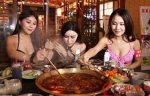 南京一餐厅聘比基尼美女为顾客端菜