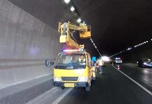 高速隧道灯光发生故障 高速交警及时协调维修