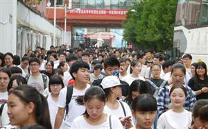 今年我市中招考试报考人数达到了98390人