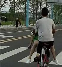 天啦!南溪未来之门附近这两个骑摩拜单车的人,要火!