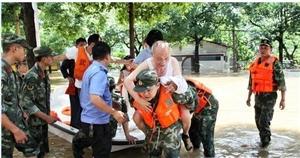武警邵阳市支队参战官兵三个小时转移群众170余名