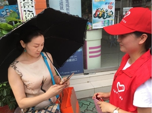 郧西县志愿者协会的志愿者们,走上街头,顶着烈日,克服高温,号召郧西市民为《魅力中国城》十堰市投票