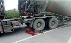 摩托车与罐车相撞 两人当场身亡