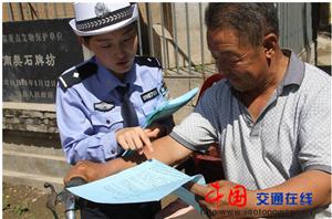 绛县交警对非机动车进行道路交安宣传