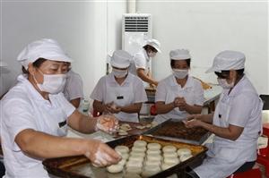 探访:你们最爱的光山砖桥月饼在这里手工制作,热销全国!