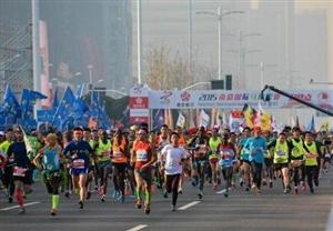 南京马拉松今天鸣枪开跑