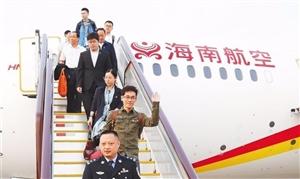 出席党的十九大的海南代表团抵京