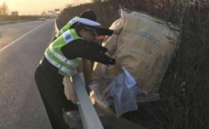 高速路上发现障碍物 高速交警急清理