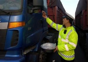 高速交警为滞留司乘人员送食物