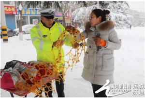 绛县:道路积雪隐患大 连续奋战保路畅